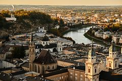 Flyg- sikt för härlig solnedgång på Salzburg, Österrike, Europa Stad i fjällängar av Mozart födelse Panoramautsikt av Salzburg ho royaltyfria foton