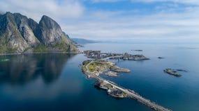 Flyg- sikt för härlig sommar av Reine, Norge, Lofoten öar, med horisont, berg, berömt fiskeläge med rött fiska c arkivfoto