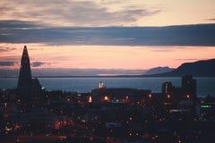 Flyg- sikt för härlig toppen bred vinkel av Reykjavik, Island med hamn- och horisontberg och landskap utöver staden, sett f Royaltyfri Foto