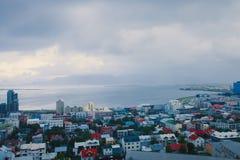 Flyg- sikt för härlig toppen bred vinkel av Reykjavik, Island med hamn- och horisontberg och landskap utöver staden, sett f arkivbild