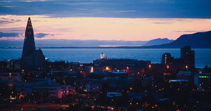 Flyg- sikt för härlig toppen bred vinkel av Reykjavik, Island med hamn- och horisontberg och landskap utöver staden, sett f royaltyfri fotografi