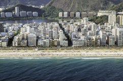 Flyg- sikt för hög vinkel av den Ipanema stranden i Rio de Janeiro Fotografering för Bildbyråer