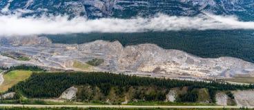Flyg- sikt för helikopter av den Banff nationalparken fotografering för bildbyråer