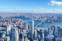 Flyg- sikt för horisont av Manhattan med skyskrapor, East River, Brooklyn bro och Manhattan bro - New York, USA Arkivbild