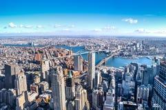 Flyg- sikt för horisont av Manhattan med skyskrapor, East River, Brooklyn bro och Manhattan bro - New York, USA Arkivfoton