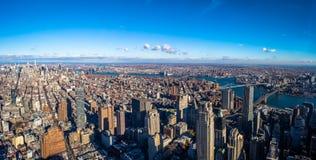 Flyg- sikt för horisont av Manhattan med skyskrapor, East River, Brooklyn bro och Manhattan bro - New York, USA Royaltyfri Bild
