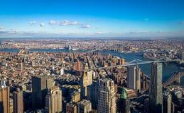 Flyg- sikt för horisont av Manhattan med skyskrapor, East River, Brooklyn bro och Manhattan bro - New York, USA Royaltyfri Fotografi