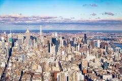 Flyg- sikt för horisont av Manhattan med skyskrapor - New York, USA Royaltyfri Bild