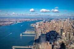 Flyg- sikt för horisont av Manhattan med skyskrapor och Hudson River - New York, USA Fotografering för Bildbyråer