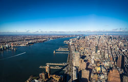 Flyg- sikt för horisont av Manhattan med skyskrapor och Hudson River - New York, USA Arkivbilder