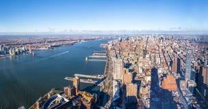 Flyg- sikt för horisont av Manhattan med skyskrapor och Hudson River - New York, USA Arkivbild