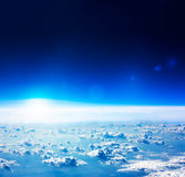 Flyg- sikt för jord. Mörker - blå himmel och moln. Royaltyfri Bild