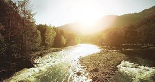 flyg- sikt för 4k UHD Lågt flyg över den nya kalla bergfloden på den soliga sommarmorgonen stock video