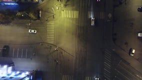 Flyg- sikt för lodlinjeöverkant ner av trafik på gatagenomskärning på natten Antenn lodlinje - trafik på natten lager videofilmer