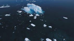 Flyg- sikt för majestätisk Antarktisisbergrörelse lager videofilmer