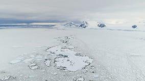 Flyg- sikt för majestätiskt antarctic snölandskap arkivfilmer