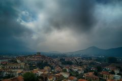 Flyg- sikt för medeltida italiensk gammal by med moln och mountai Fotografering för Bildbyråer
