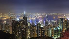 Flyg- sikt för natt av den Hong Kong horisonten med den Victoria hamnen stock video