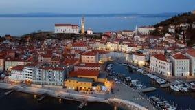 Flyg- sikt för natt av Piran, Slovenien stock video