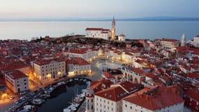 Flyg- sikt för natt av Piran, Slovenien lager videofilmer