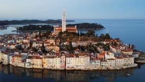 Flyg- sikt för natt av Rovinj, Kroatien arkivfilmer