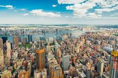 Flyg- sikt för New York City horisont med härlig molnig blå himmel i bakgrund royaltyfria bilder