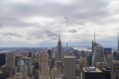 Flyg- sikt för New York City horisont på den molniga dagen med skyskrapor Arkivfoto