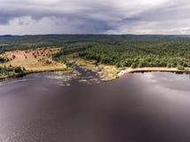 Flyg- sikt för Ontario Kanada contrysidenatur som ser ner från ovannämnt av floden som flödar inom sjön Arkivfoto