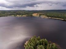 Flyg- sikt för Ontario Kanada contrysidenatur som ser ner från ovannämnt av floden som flödar inom sjön Arkivfoton