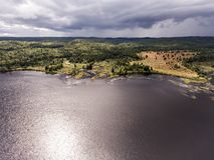 Flyg- sikt för Ontario Kanada contrysidenatur som ser ner från ovannämnt av floden som flödar inom sjön Arkivbilder