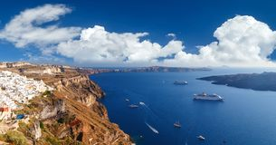 Flyg- sikt för panorama- fågelöga av vit byggnad, blå himmel och det livliga havet i den Santorini ön, Oia, Grekland Royaltyfri Foto
