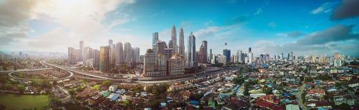 Flyg- sikt för panorama i mitt av Kuala Lumpur cityscapehorisont arkivfoto