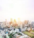 Flyg- sikt för panorama- modernt öga för stadshorisontfågel från det tokyo tornet under dramatisk blå himmel för soluppgång och f Royaltyfri Bild