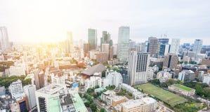 Flyg- sikt för panorama- modernt öga för stadshorisontfågel från det tokyo tornet under dramatisk blå himmel för soluppgång och f Arkivbild
