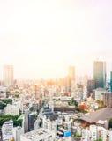 Flyg- sikt för panorama- modernt öga för stadshorisontfågel från det tokyo tornet under dramatisk blå himmel för soluppgång och f Arkivfoton