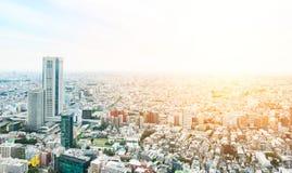 Flyg- sikt för panorama- modernt öga för stadshorisontfågel under den dramatiska solen och blå molnig himmel för morgon i Tokyo,  Royaltyfria Foton