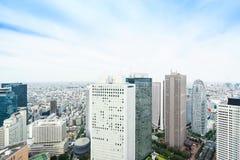 Flyg- sikt för panorama- modernt öga för stadshorisontfågel under den dramatiska solen och blå molnig himmel för morgon i Tokyo,  Arkivfoto