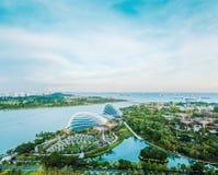 Flyg- sikt för panorama- modernt öga för stadshorisontfågel av trädgårdar vid fjärden i Singapore arkivfoto