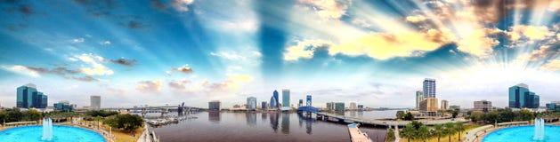 Flyg- sikt för panorama- solnedgång av Jacksonville, Florida Arkivfoton