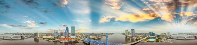 Flyg- sikt för panorama- solnedgång av Jacksonville, Florida Royaltyfria Bilder