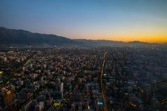Flyg- sikt för Santiago från den Costanera mitten på solnedgången, Santia Arkivbilder