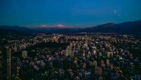 Flyg- sikt för Santiago från den Costanera mitten på solnedgången, Santia Royaltyfri Fotografi