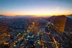 Flyg- sikt för Santiago från den Costanera mitten på solnedgången, Santia Arkivbild