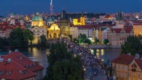 Flyg- sikt för scenisk sommar av den gamla stadpirarkitekturen och Charles Bridge över Vltava floddag till natttimelapse lager videofilmer