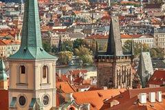 Flyg- sikt för scenisk sommar av den gamla stadpirarkitekturen och Charles Bridge över den Vltava floden i Prague, Tjeckien arkivbilder