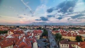 Flyg- sikt för scenisk sommar av den gamla stadpirarkitekturen och Charles Bridge över Vltava flodtimelapse i Praha stock video