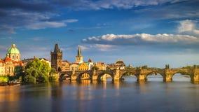 Flyg- sikt för scenisk vårsolnedgång av den gamla stadpirarkitekturen och Charles Bridge över den Vltava floden i Prague, Tjeckie royaltyfri bild