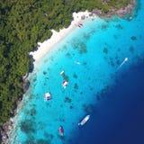 Flyg- sikt för Similan ö från över Vita Sandy Honeymoon Beach Andaman Thailand Lopp sommar, semester och Arkivbilder