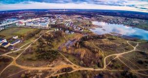 Flyg- sikt för sjö och för stad arkivbilder