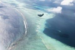 Flyg- sikt för sjöflygplan av den härliga tropiska Maldive ön och se Arkivfoton